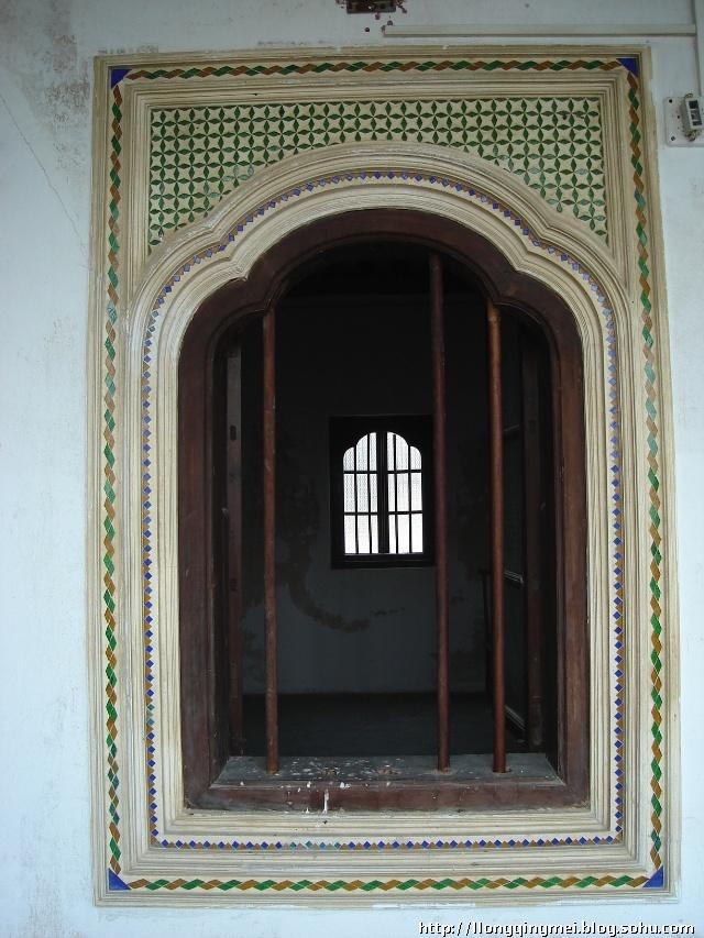 每个房间的窗户上的装饰都不一样,有潮汕木雕,有贴瓷砖,有贴玻璃等,还