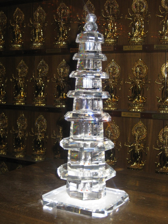 水晶塔里供奉着佛祖再生的舍利子供游人观膜礼拜