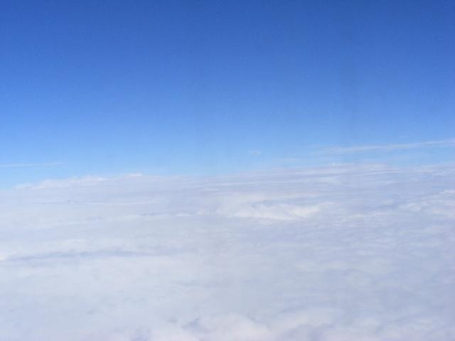 当飞机飞出重庆的上空,飞出了满天的雾气般的大气层,飞机来到了海拔1