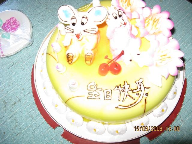 所以就让做蛋糕的阿姨做了一只小老鼠和