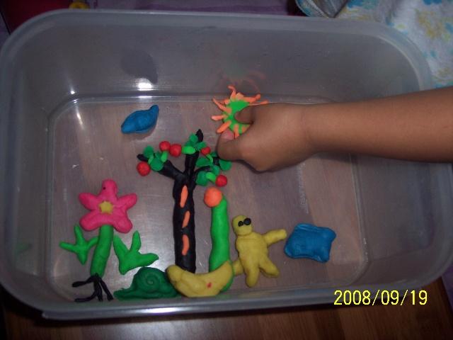 有花,小草,苹果树,苹果树下吃棒棒糖的小孩子,蜗牛,兔子,小鸟,太阳和