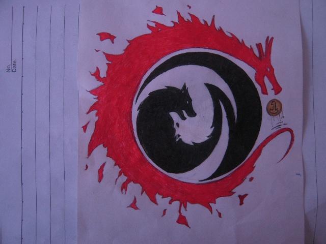 """设计者:孙毅捷 RS军团睿思班班徽寓意 整个图形为""""GYS1""""的变形组成。 颜色:龙以全红着色,红色是中国特有的喜庆颜色,有取得好成绩,收到理想大学红色录取通知书之意;狼以黑色为底,佐以白色,黑色象征勇敢,勇往直前永不退缩的意思,白色象征同学之间的友谊像雪一样纯洁无暇。颜色也注重了冷暖搭配。 图案个体: 1、龙:龙是中国标志性图腾,自古就有""""望子成龙""""之说,龙是名列前茅的象征,龙头朝向金色玉珠,也象征着我们班在年级乃至高考都独占鳌头,夺取最后辉煌的意思,龙"""
