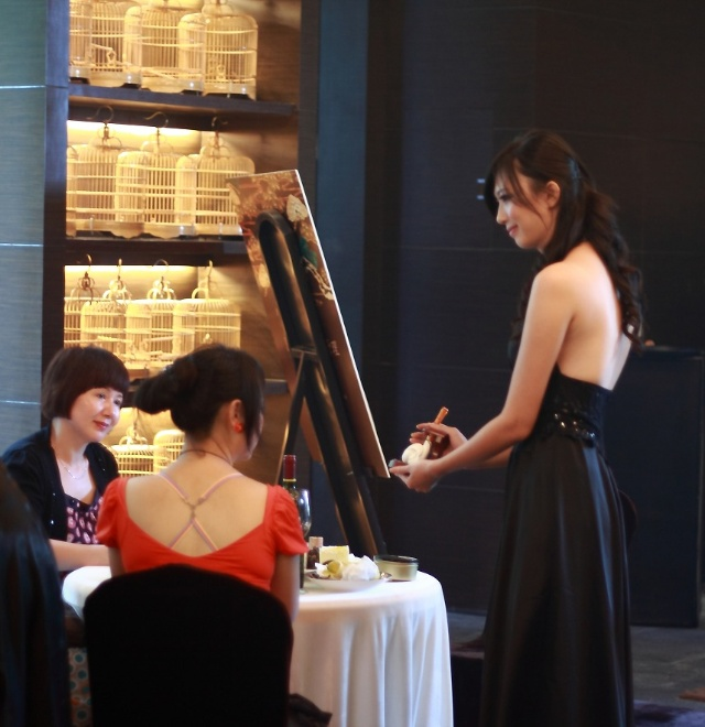在party上,模特儿向嘉宾们展示了雕刻精良的优品ermec pipe海泡石烟斗