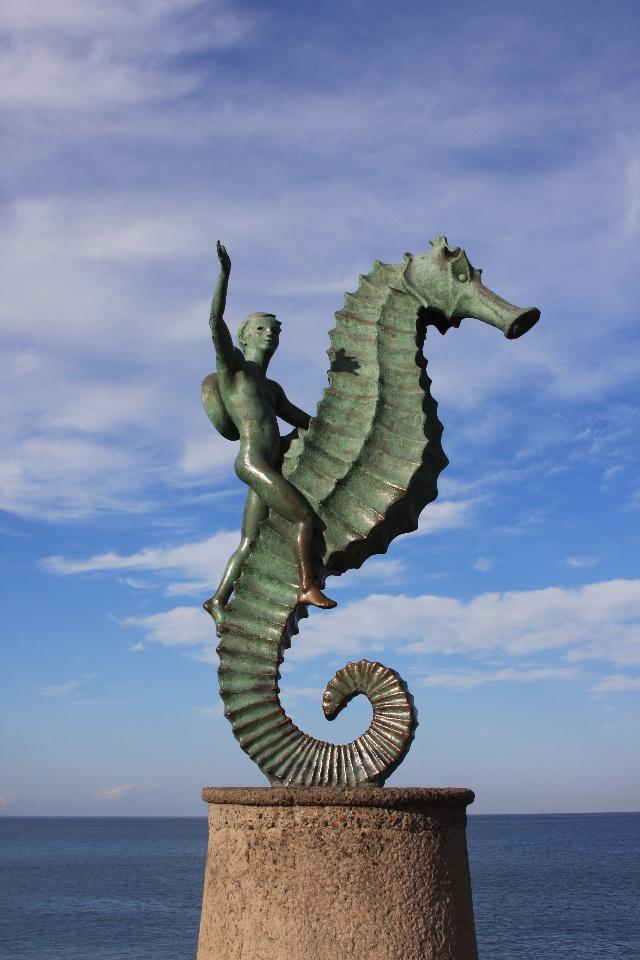 puerto vallarta 的海边塑像 --- 骑海马的男孩