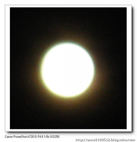 2009年正月15的月亮,据说是几十年才有的直径最大、最圆的月亮,我拍到了,可惜它太高了,我就在自己住的小区里拍的,如果是在天安门或大剧院,也许构图会很美的。 没有参照物来构图,光拍月亮没有什么意义,照片也只能自己看着玩,但是在拍摄月亮的同时,您锻炼了构图、相机感光度和快门设置、抓拍、取景、手举相机仰拍的稳定性,最重要的一条是,自己可以近距离的欣赏自己喜欢的月亮,看它带来好心情。