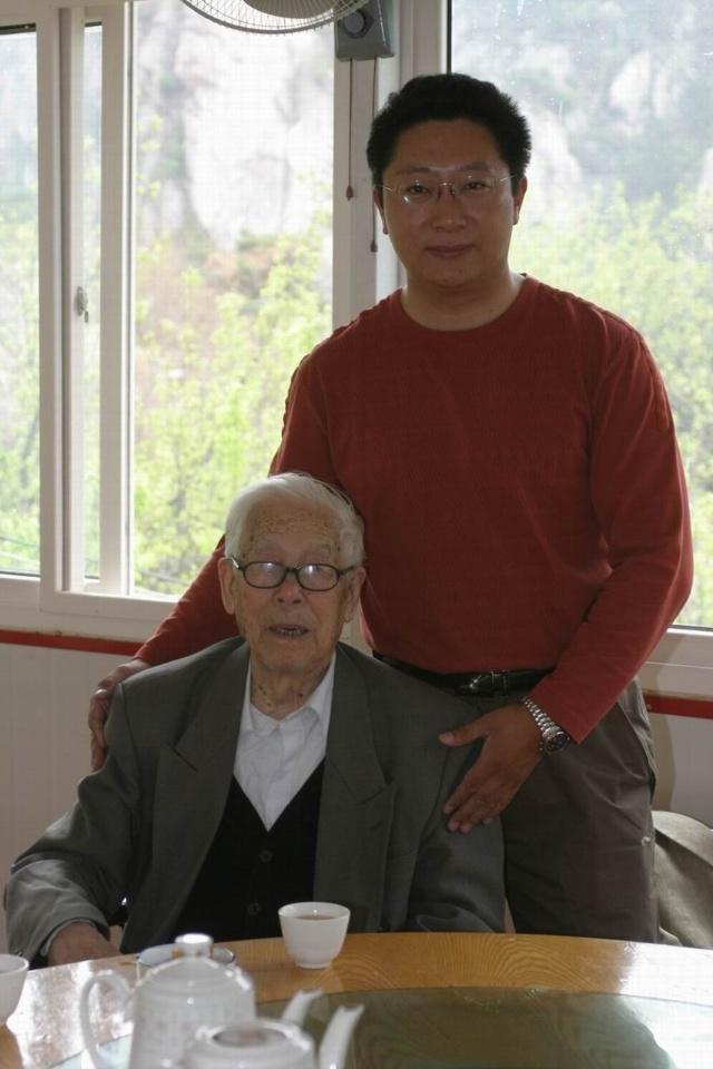 发表  青岛画家宋诚与百岁书画家冯凭和恩师高小岩的合影 转发评论
