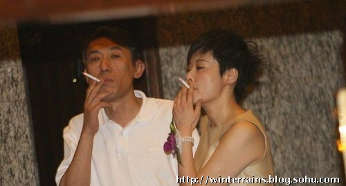 烟之于男人,正如美之于女人,又如爱情之于寂寞的人,每盒烟上都明文写着:吸烟有害健康,烟民看了一笑而已,正如女人面对美的代价和疼痛,一笑而过一样,那一笑中包含的无所谓,和寂寞的人面对爱情时的一无反顾,没有分别。以前我们常说抽烟会破坏一个明星良好的公众形象,但实际上,明星其实更需要借助香烟来塑造更为生动鲜活的形象,虽然这让他们看上去更酷更有型,但也很尴尬。 正所谓生活中吸烟不分老少男女,女明星无论是在生活中,情感上,娱乐园压力中,但凡少不了吸烟解愁解闷的,看了这么多女明星抽烟的姿态,我最欣赏袁立那很吊很陶醉的