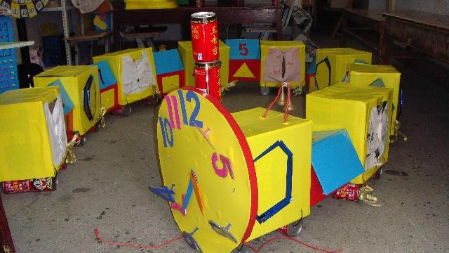 """一、教具名称 《动力火车》 二、主要设计人 陈双艳、代玲 三、设计意图 本月我班开展了《汽车王国》的主题,幼儿对交通工具、车辆的好奇心、探索愿望非常的强烈。无论是""""车轮怎么转的快"""",还是""""特殊的车""""及车的用途、构造、品牌都勾起了幼儿莫大的兴趣。因此,我班教玩具制作将从孩子的兴趣入手,充分利旧利废,以增强趣味性、开发智力为原则,围绕""""交通博览会这一主题进行""""。 四、教玩具操作方法:游戏时两名幼儿分别站在时钟火车头处,取下火车头上的数字钥"""