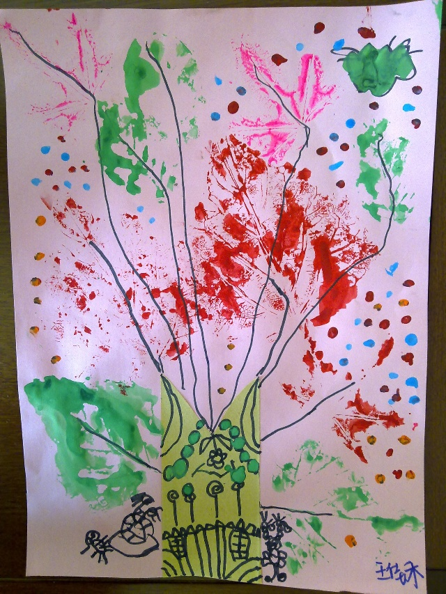 树叶是用真的树叶蘸颜料印到纸上的.