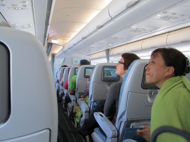 飞机降落后,小张从上面的行李架拉出来一个好大的手