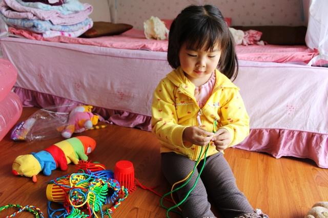 姐姐编麻花绳子,妹妹用姐姐的成果给小猴子戴项
