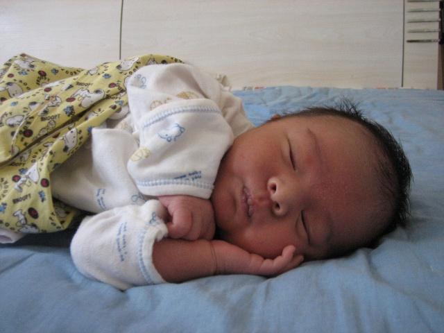 宝贝睡觉的样子可爱极了,尤其是刚睡着的时候,好像还没睡踏实,表
