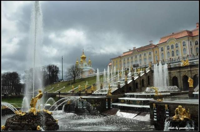 在喷泉群一个大半圆形水池的中央,耸立着大力士参孙和狮子搏斗