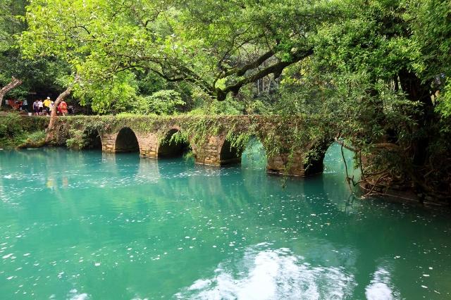 来到贵州南部的荔波,游览大,小七孔桥景区,也叫樟江风景区.
