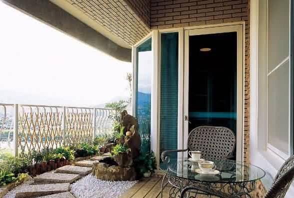 第二、裝修陽臺注意隔熱:裝修陽臺要注意保溫隔熱,在建筑時基本上都不考慮它的保溫問題,這是因為在陽臺的里面還有一道陽臺門窗可以起到保溫隔熱的作用。可以考慮在陽臺窗以下使用聚苯板做出保溫層,也可以考慮在陽臺窗以下使用巖棉做出保溫層,用保溫隔熱效果好的材料形成陽臺墻面的保溫層,隔斷室內外冷熱空氣的交換。 第二、杭州裝修市場流行的藤竹制品的家具:這無疑又為田園風格的陽臺裝修注入了新的設計元素,同時可以激活設計師的設計理念,使田園風格的家居設計更加田園化。不論工作、學習、休息都能心寧氣定,悠然自得。然而要把這些沒